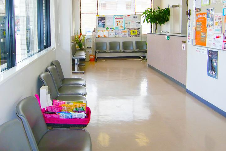 病院内と玄関前のポーチにいすがあります。掲示板には季節によって注意してほしい手作りのお知らせなどがありますので待ち時間にごらんください。